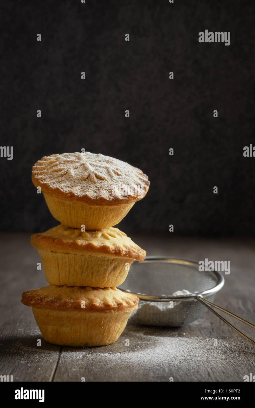 Stapel von Mince Pies für Weihnachten Stockfoto