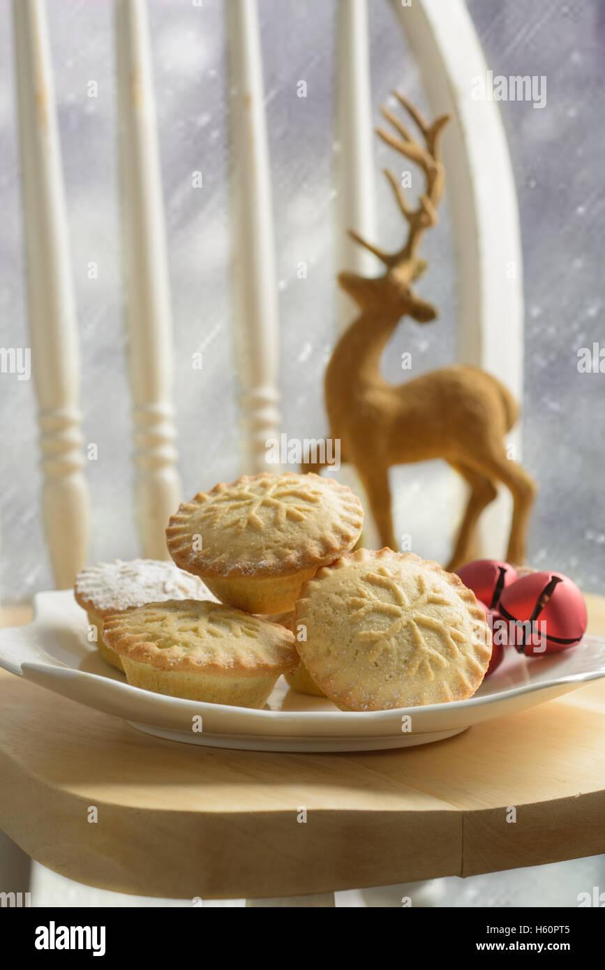 Teller mit Hackfleisch Kuchen für Weihnachten Stockbild