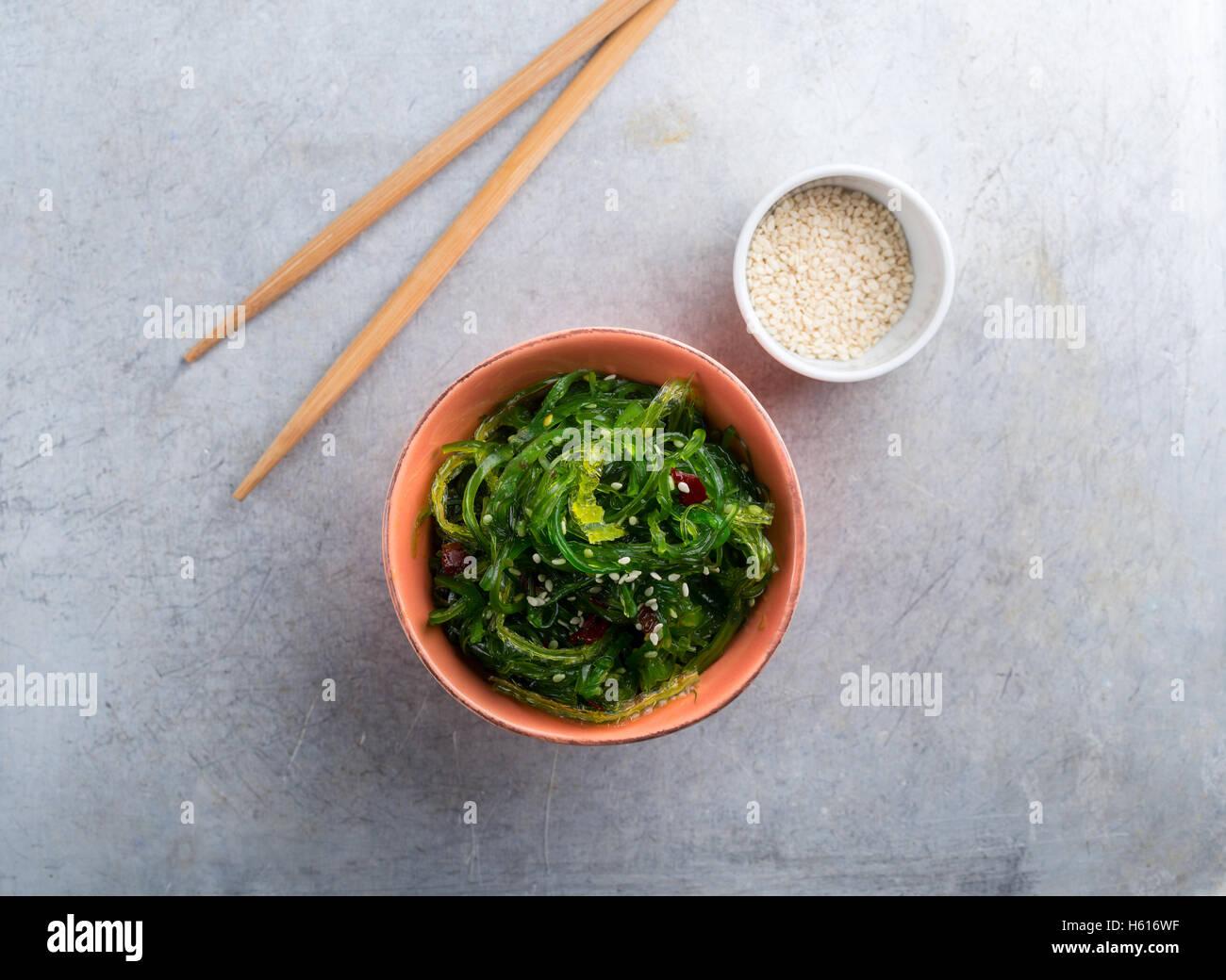 Wakame serviert mit Sesam von oben geschossen Stockbild