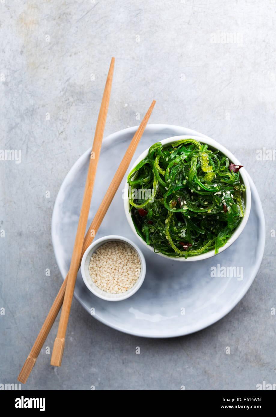 Traditionelle japanische Vorspeise Salat serviert in einer kleinen Schüssel und Stäbchen Stockbild