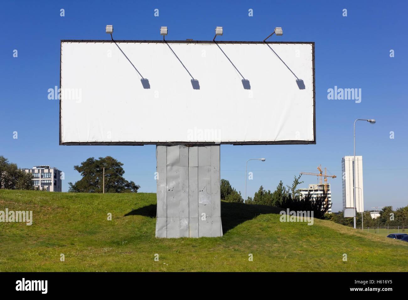 Die städtischen Metall Massenproduktion leeren Plakatwand für ...