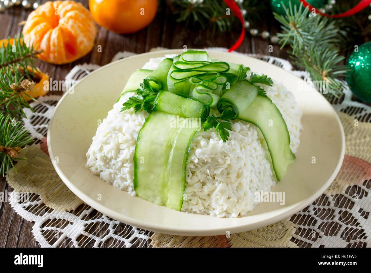 Weihnachten-Salat mit Fleisch und Pilzen, Gurke Dekoration Bogen auf ...