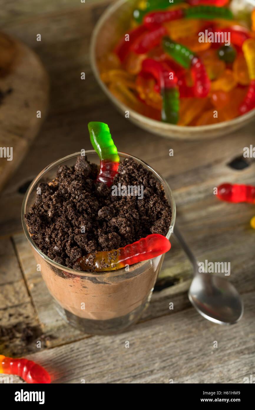 Hausgemachte Schokolade Schmutz Pudding mit Gummy Worms Stockbild