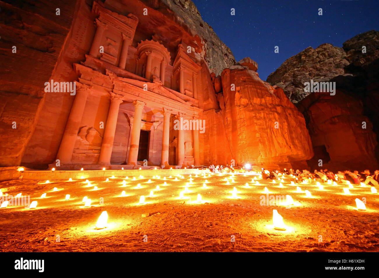 Blick auf die Treasury, Al-Khazneh, in der Nacht mit Kerzen, Petra, Jordanien Stockfoto