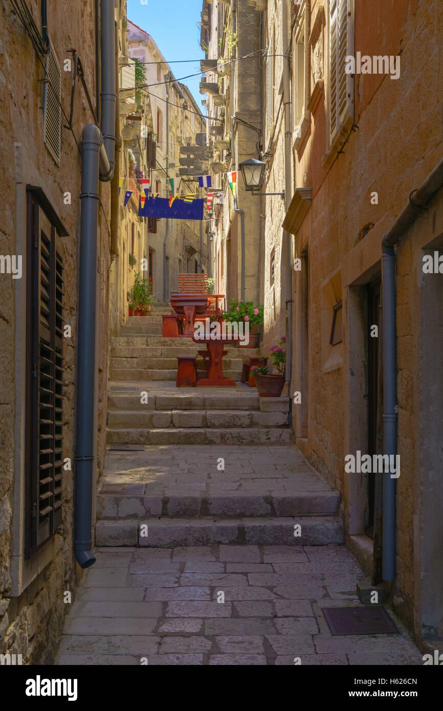 Eine Gasse in der alten Stadt Korcula in Dalmatien, Kroatien Stockbild