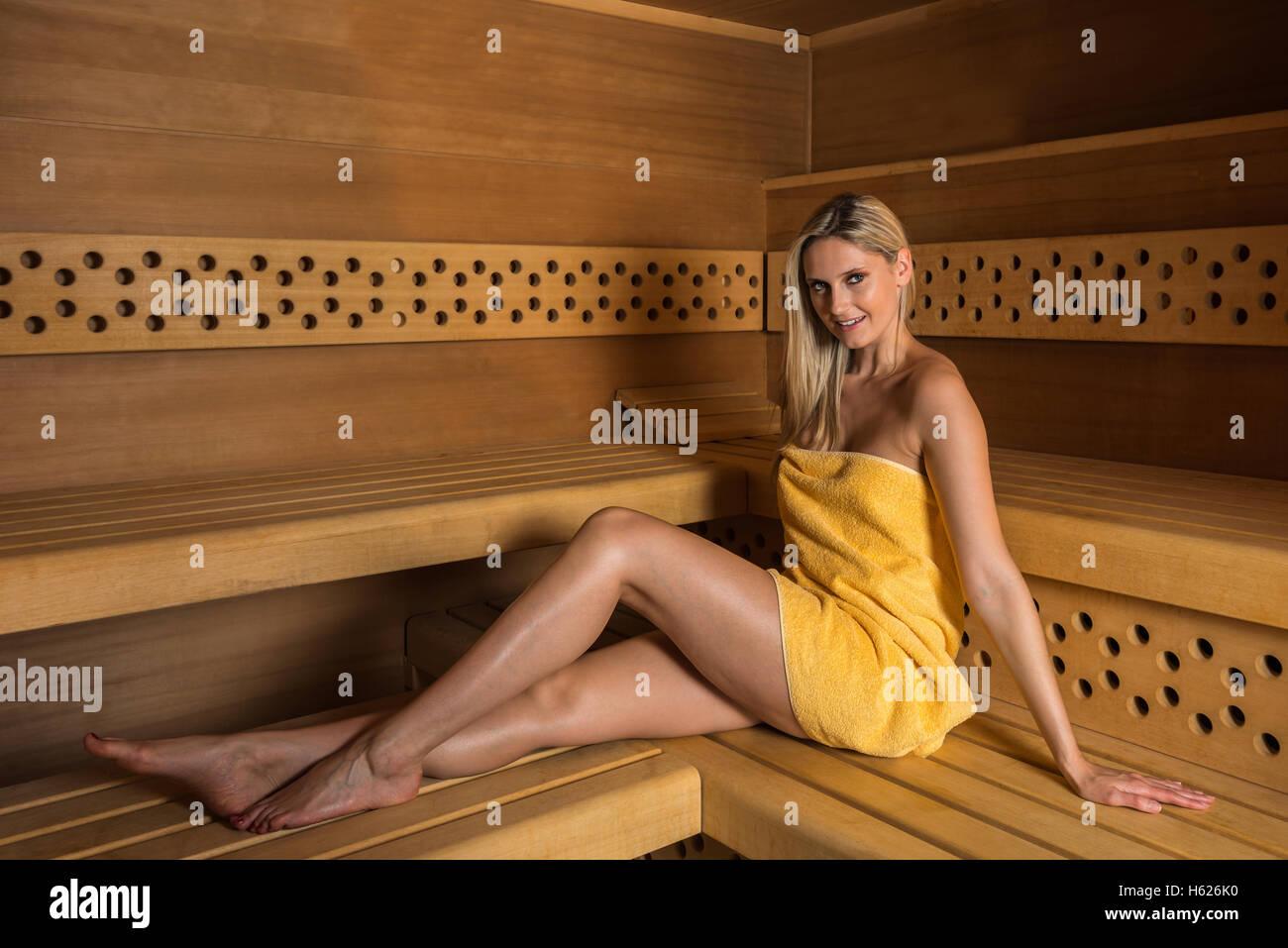 Schöne Frau in der Sauna entspannen Stockfoto, Bild
