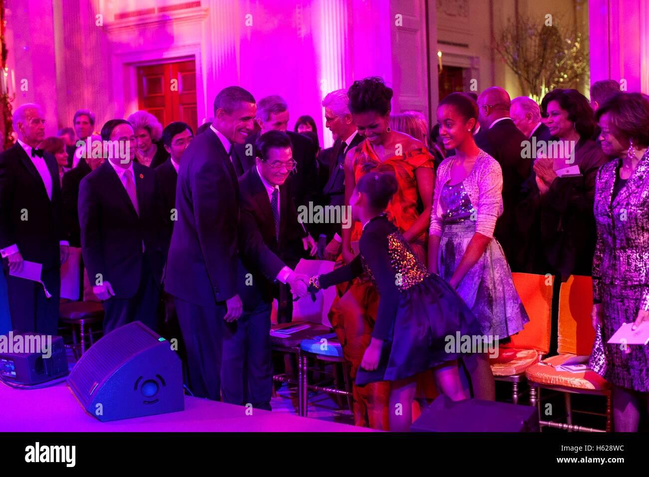 US-Präsident Barack Obama und First Lady Michelle Obama stellen der chinesische Präsident Hu Jintao Töchter Stockbild