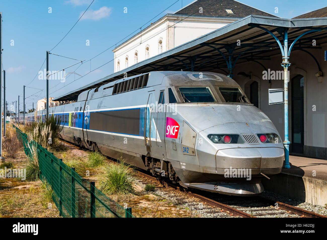 Sables Olonnes, Frankreich - 31. März 2016: TGV (Hochgeschwindigkeitszug) Französisch an einer Station Stockbild