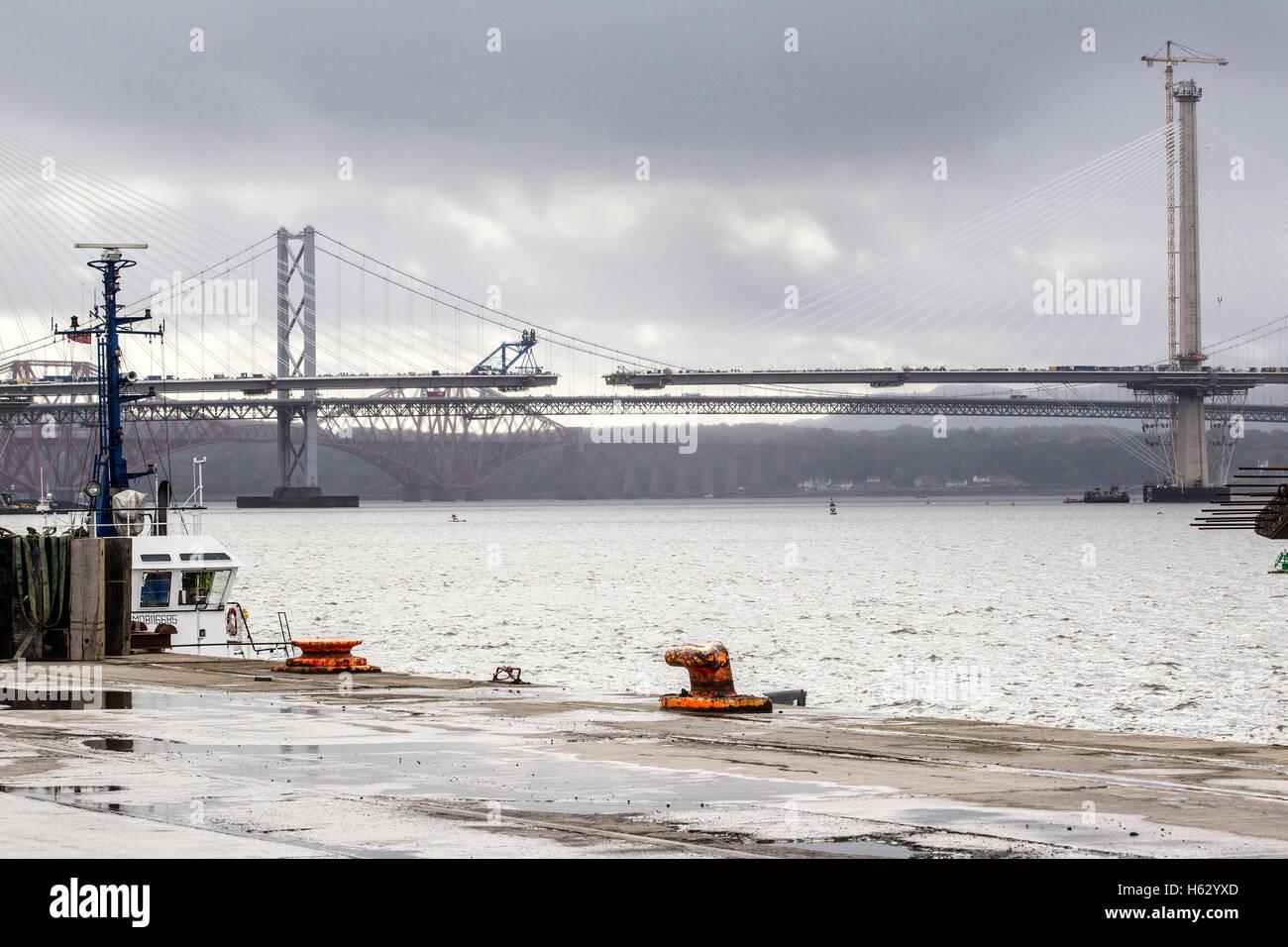 Blick auf Forth Bridges vor dem letzten Stück des neuen Forth überqueren wird installiert Stockfoto