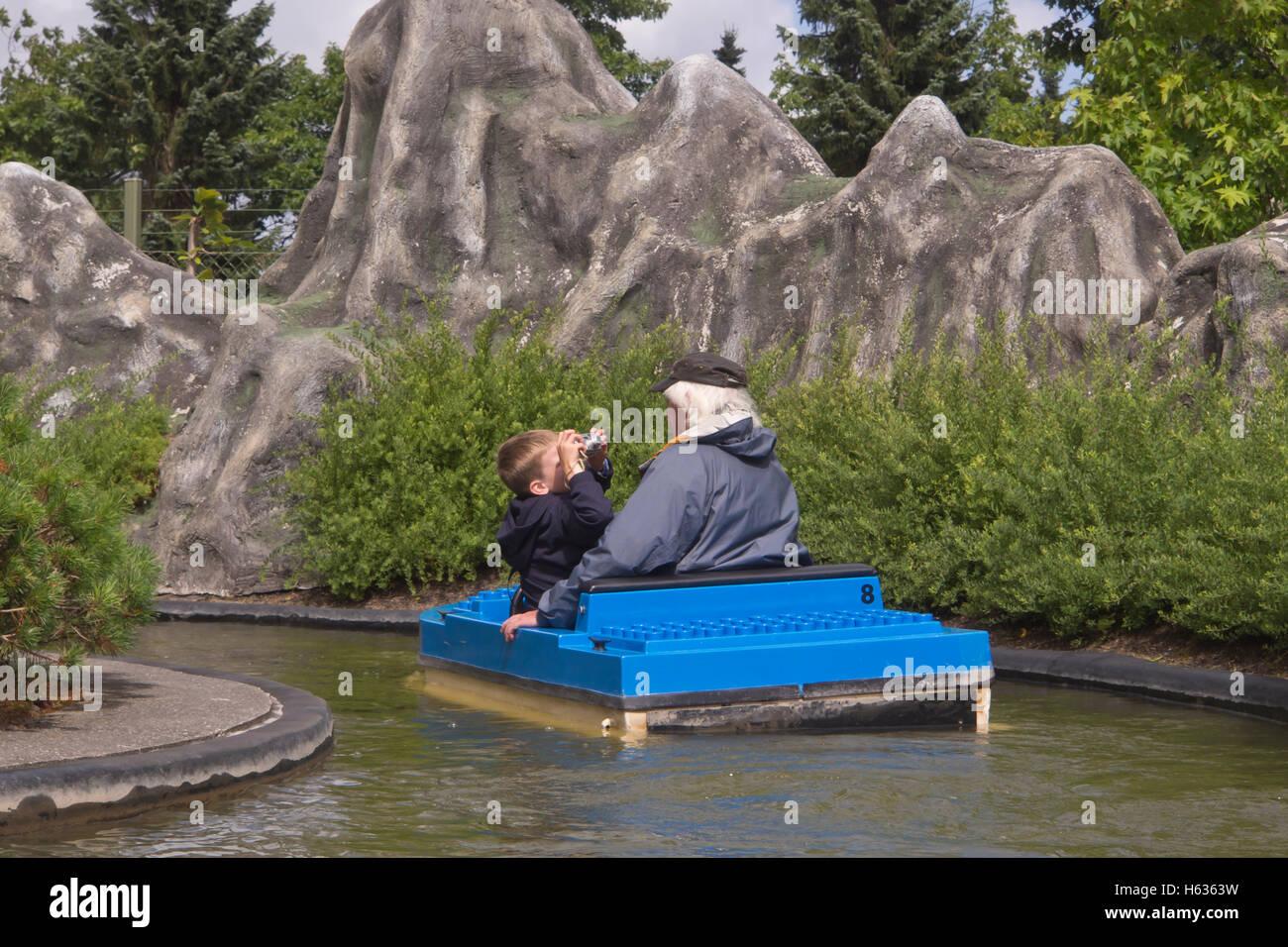 Enkel Opa zu fotografieren, während einer Bootsfahrt in den Freizeitpark Legoland Billund Dänemark Stockbild