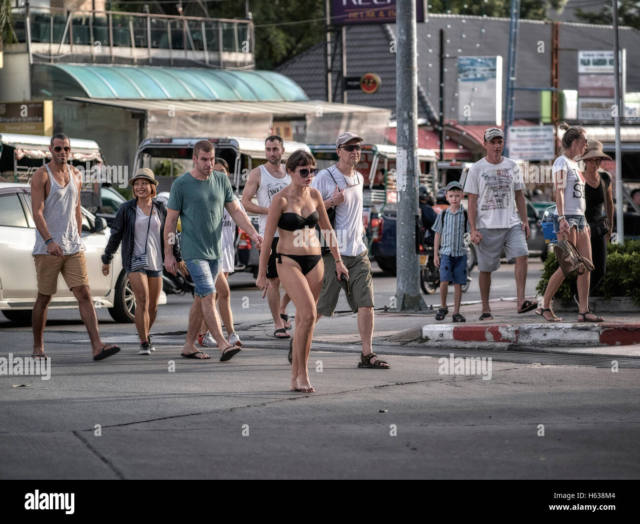 Mode Faux Pas eines Bikini bekleidete Frau auf der Straße Zeichnung ...