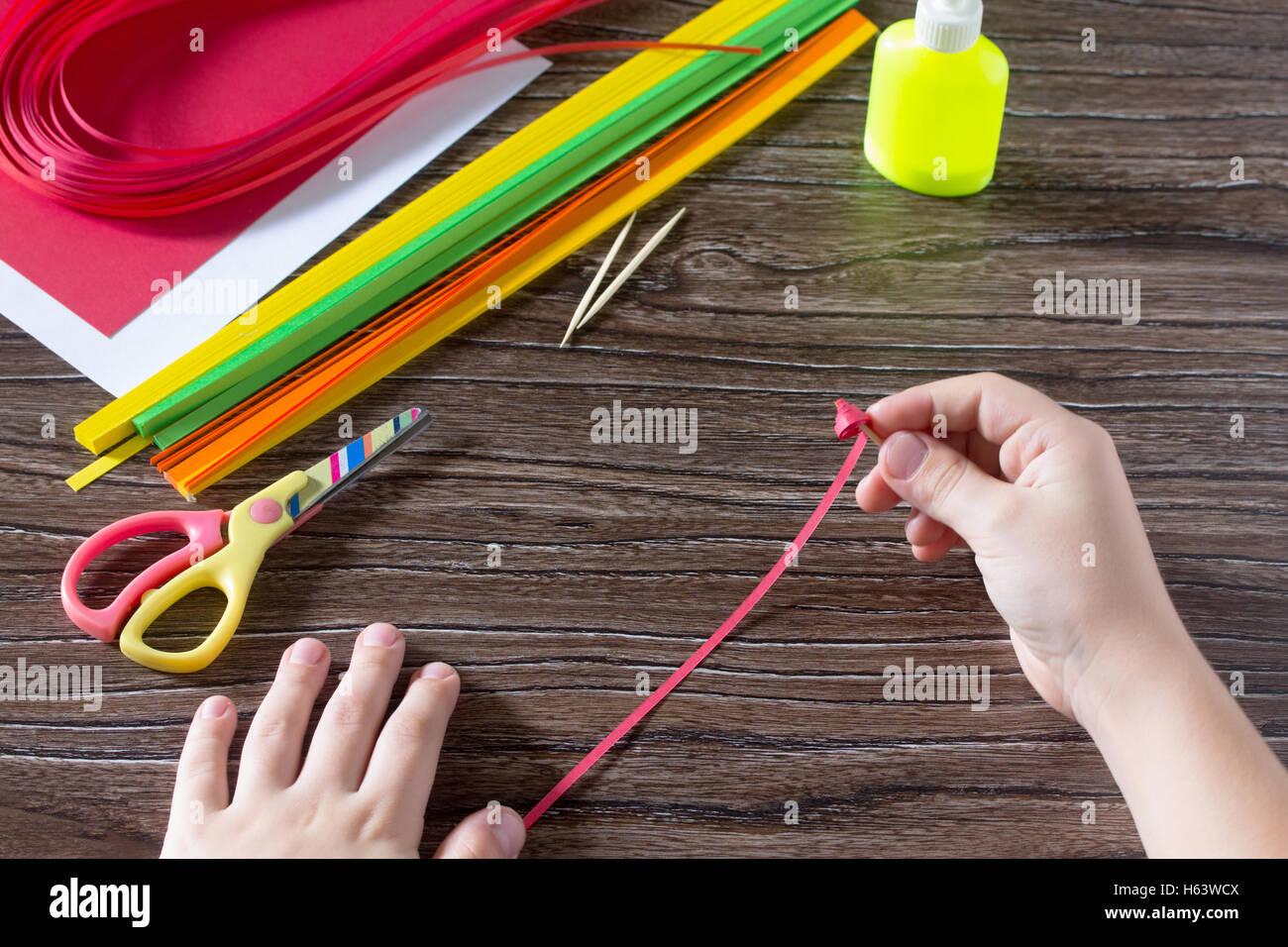 Das Kind erstellen Sie Grußkarten Origami Papier Honig und Granat Ast auf einem Holztisch. Herstellung von Stockbild