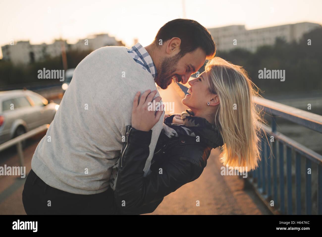 Romantisch zu zweit in den Sonnenuntergang genießen und küssen Stockbild