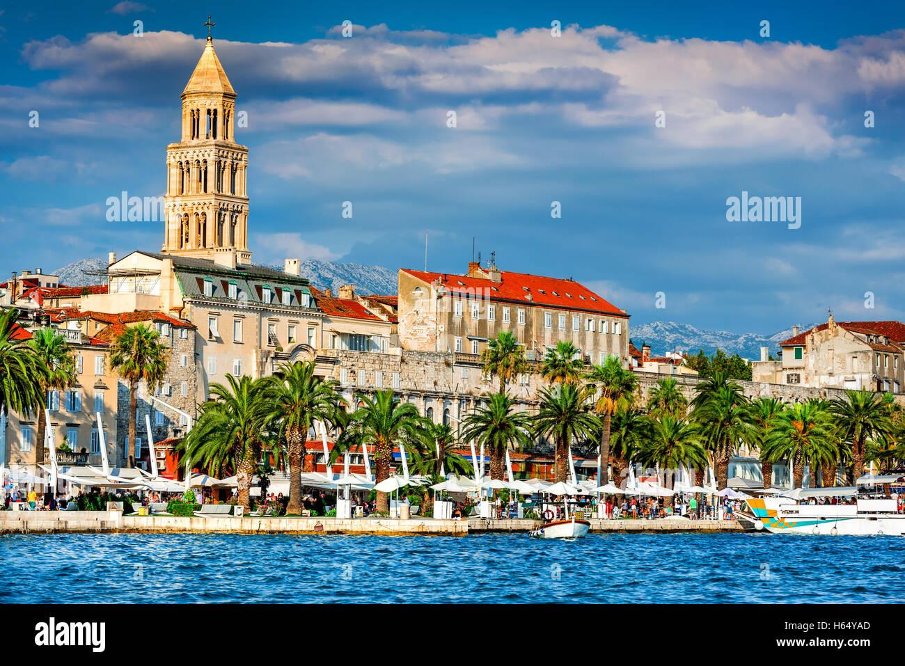 Split, Kroatien. Split, Kroatien (Region Dalmatien). UNESCO-Weltkulturerbe. Diokletianspalast und Mosor Berge. Stockbild