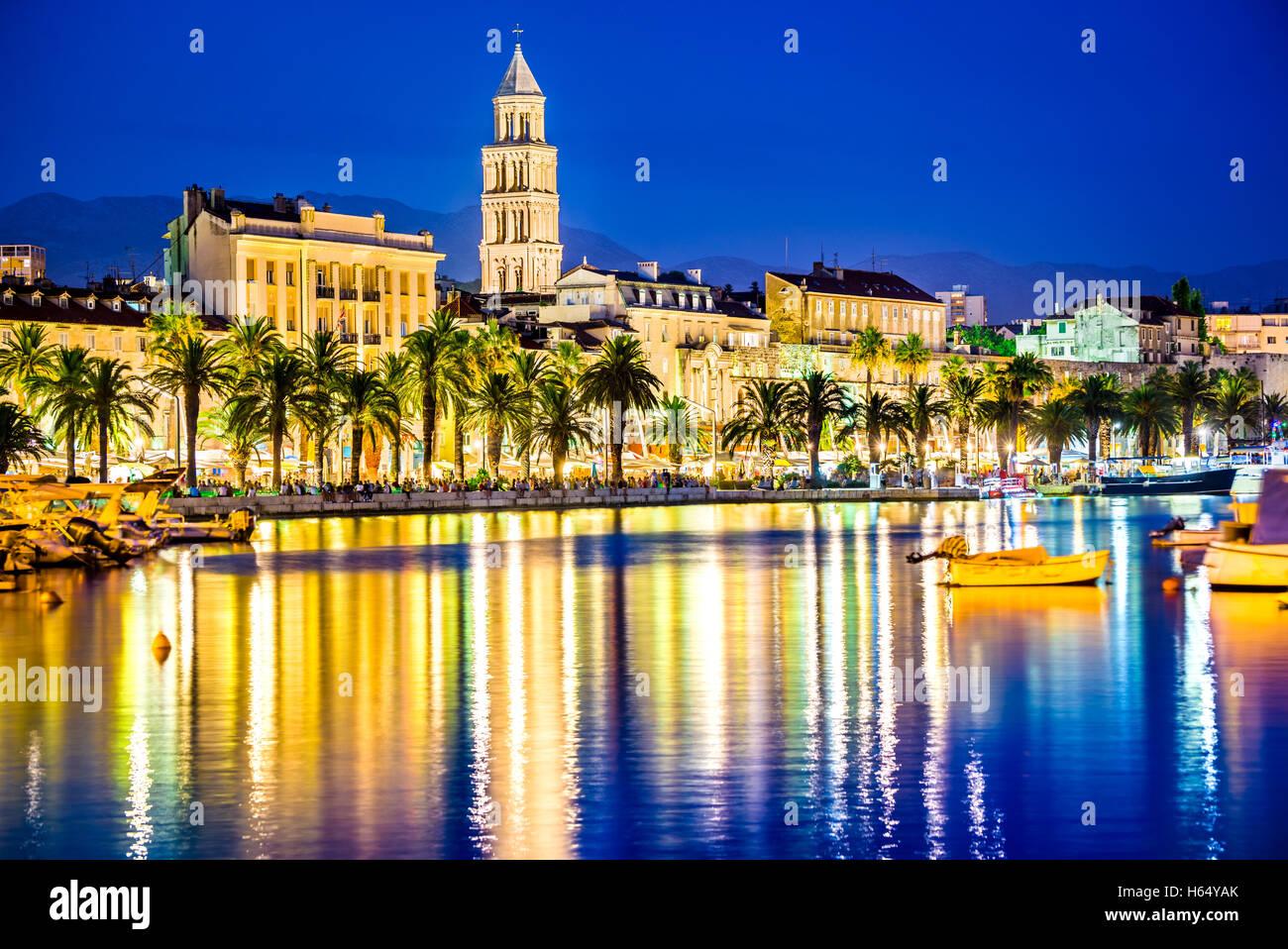 Split, Kroatien. Bunte Uferpromenade am Abend mit Diokletian-Palast und St. Domnius Cathedral, Dalmatien. Stockbild