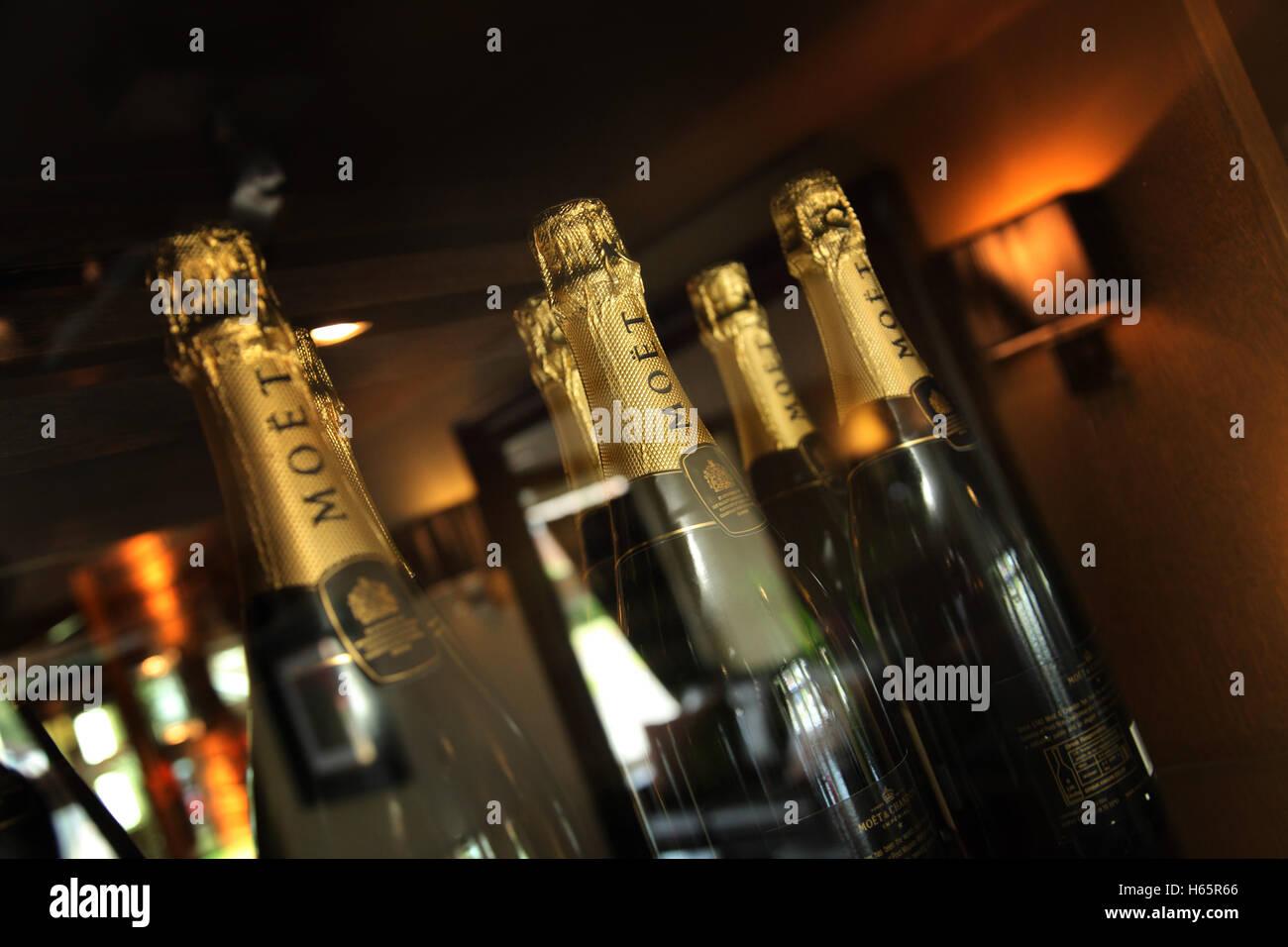 Flaschen Moet und Chandon Champagner auf einem Gestell, gekühlten und bereit zu dienen Stockbild