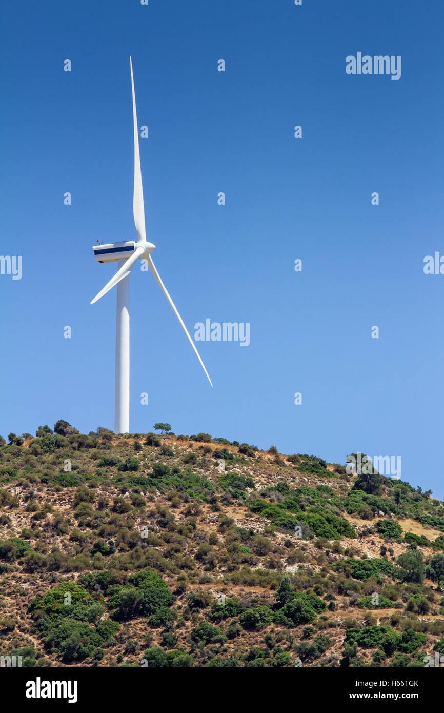 Alternative Energien: Windturbine in ländlichen Landschaft, Bezirk Paphos, Zypern Stockbild