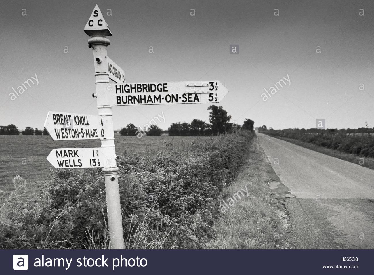 Somerset in den 90er Jahren; Gusseisen fingerpost Schild mit Finial in Markus Moor, Somerset, Großbritannien Stockbild