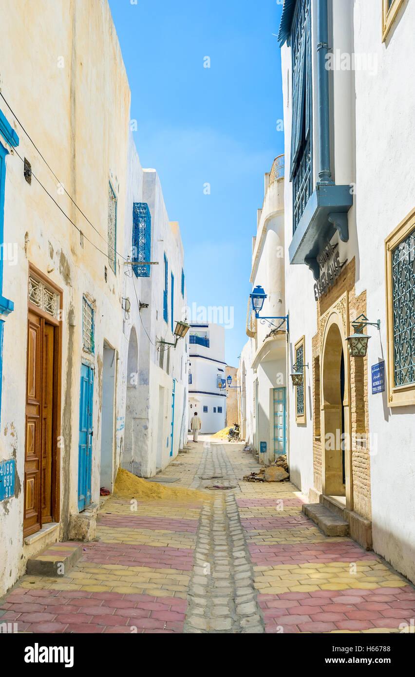Die schmale Straße von Medina ist sehr sauber und die Häuser sind restauriert Stockbild