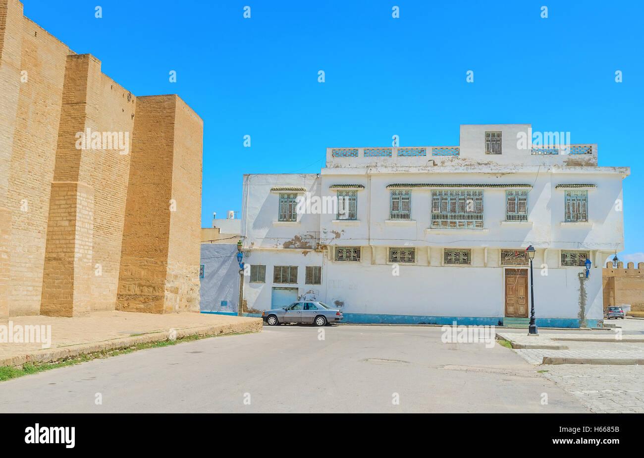 Die Backstein-Mauern der großen Moschee, umgeben von der alten Wohnviertel mit wunderschönen weißen Stockbild