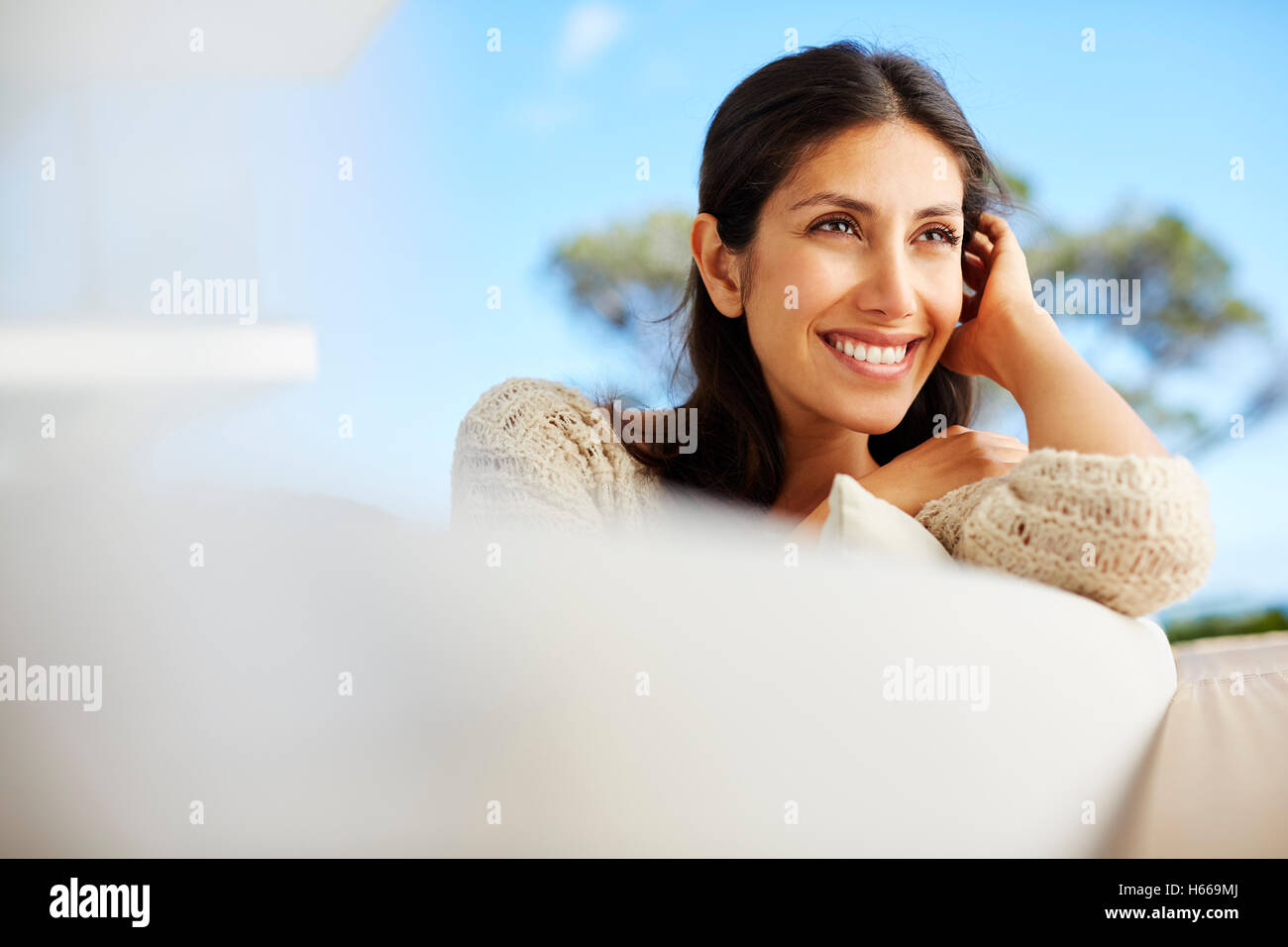 Lächelnde Brünette Frau wegschauen Stockbild