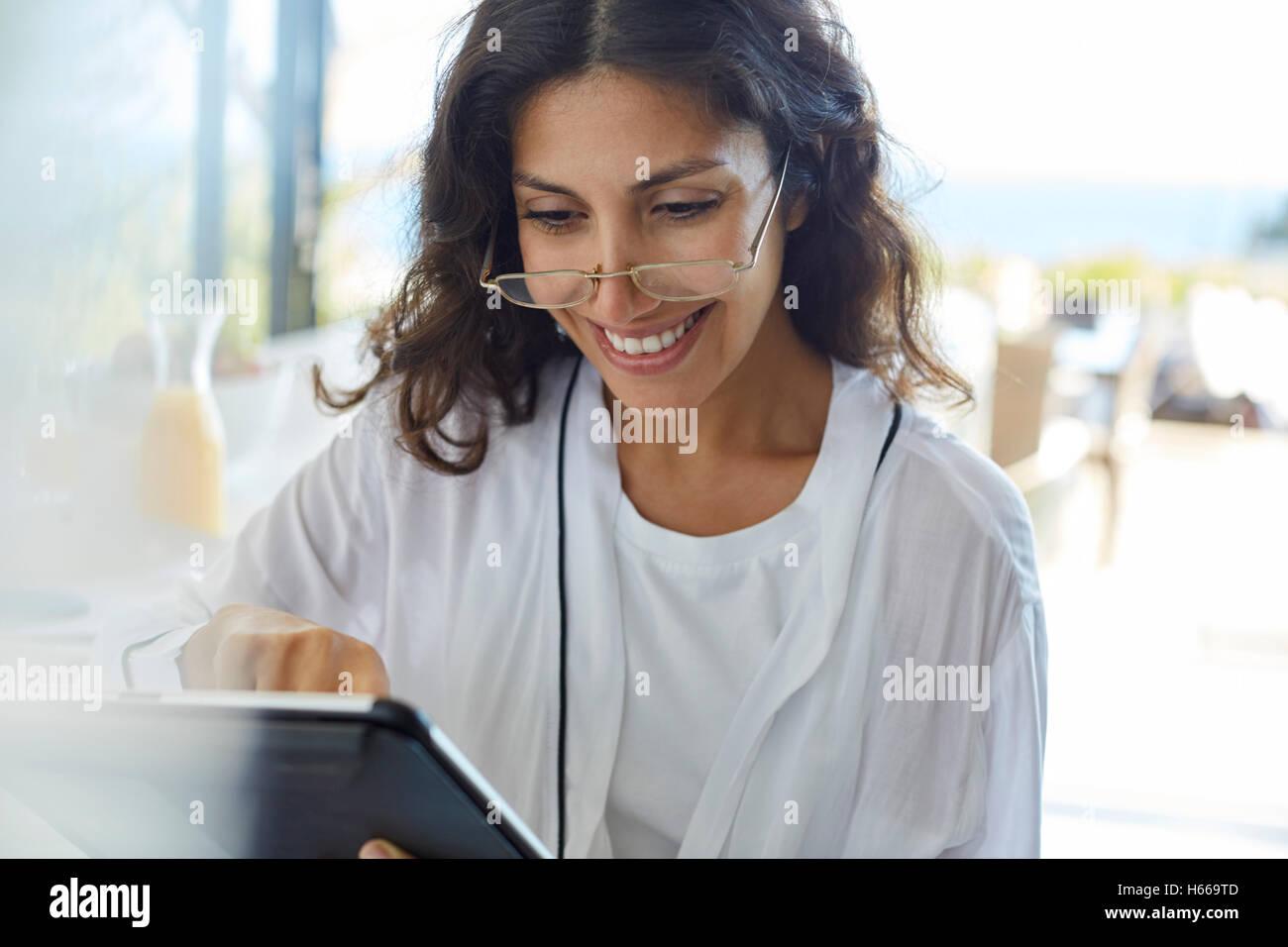 Lächelnde Frau im Bademantel mit digital-Tablette Stockfoto