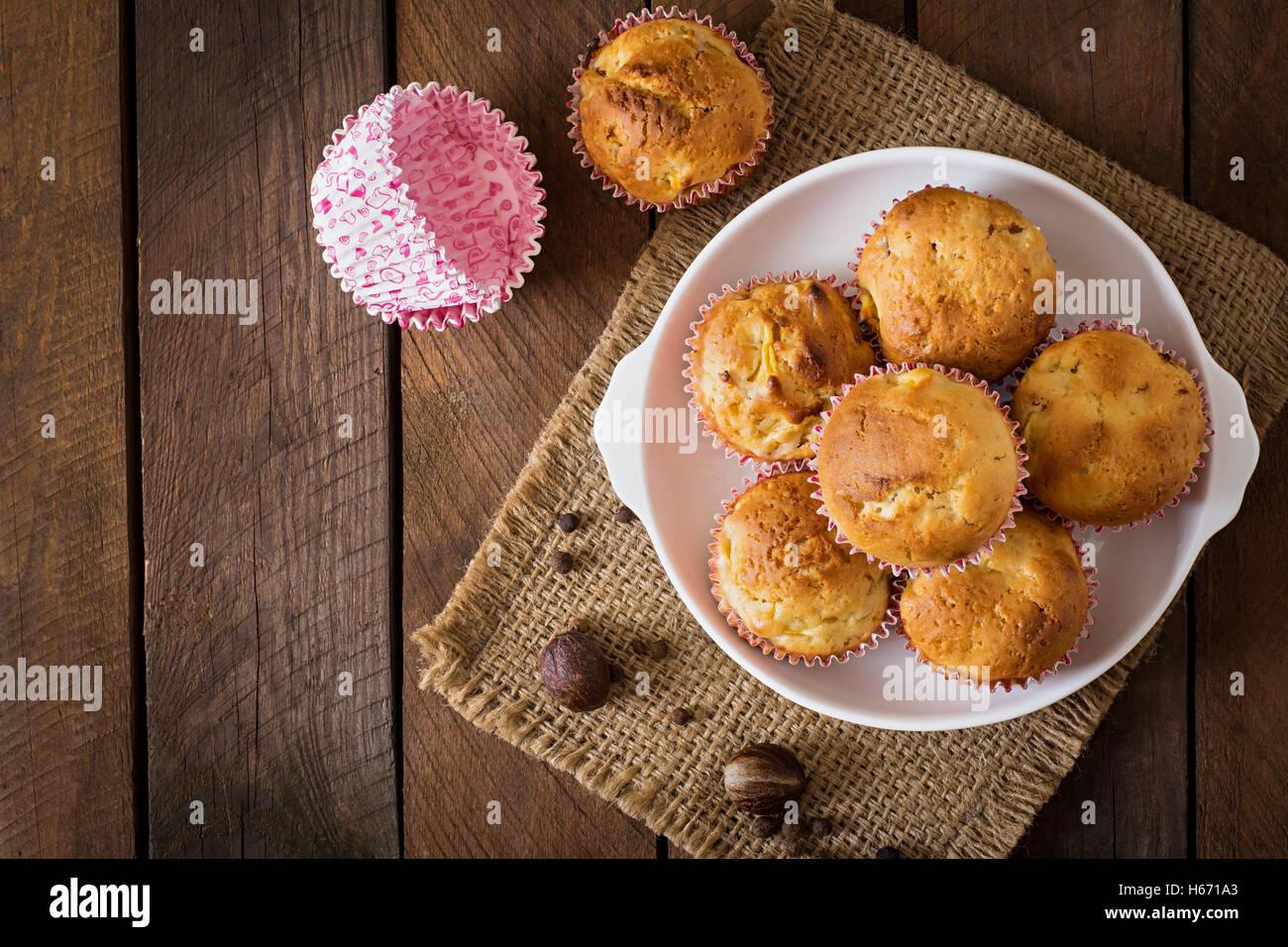Obst-Muffins mit Muskatnuss und Piment auf einem hölzernen Hintergrund. Ansicht von oben Stockfoto