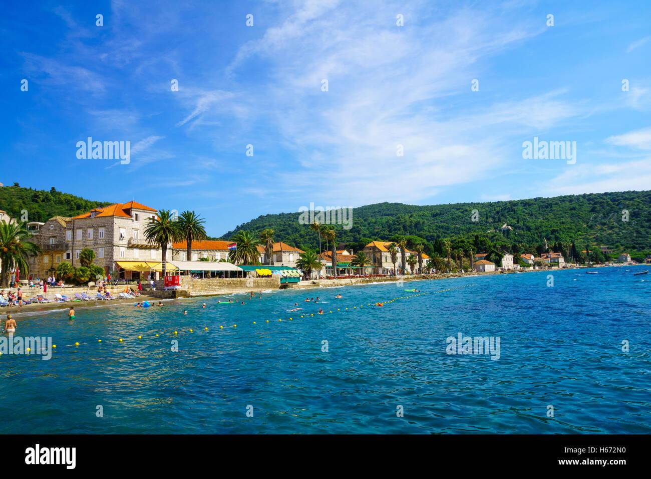 LOPUD, Kroatien - 27. Juni 2015: Szene der Fischerhafen und der Strand, mit Booten, einheimische und Touristen im Stockbild