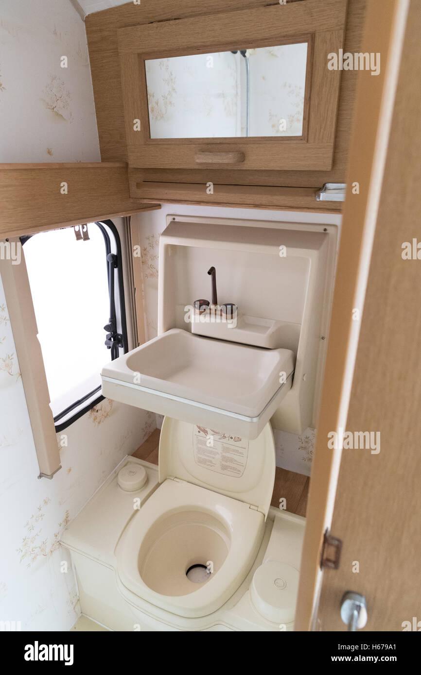wohnwagen badezimmer innenraum mit toilette und waschbecken stockfoto bild 124321513 alamy. Black Bedroom Furniture Sets. Home Design Ideas