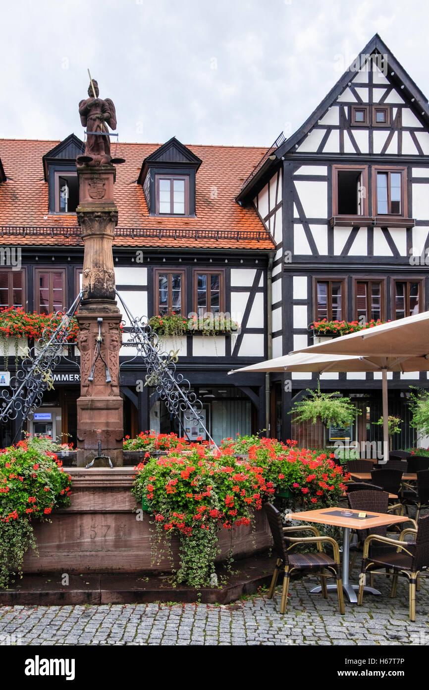 Michelstadt, Südhessen, Deutschland. Göttin der Gerechtigkeit Brunnen, Justitia Auf Brunnen auf dem historischen Stockbild