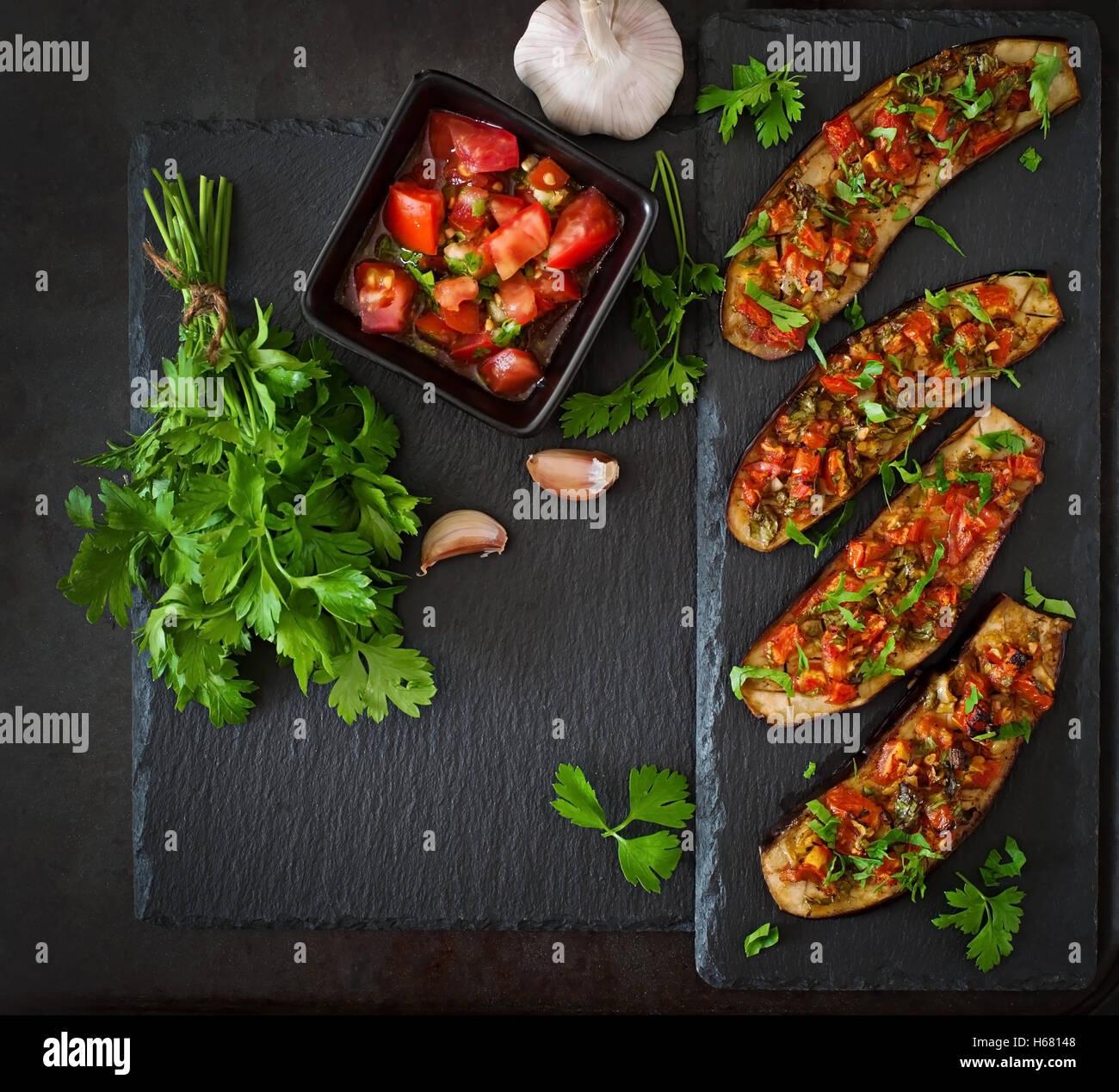 Gebackene Auberginen mit Tomaten, Knoblauch und paprika Stockbild