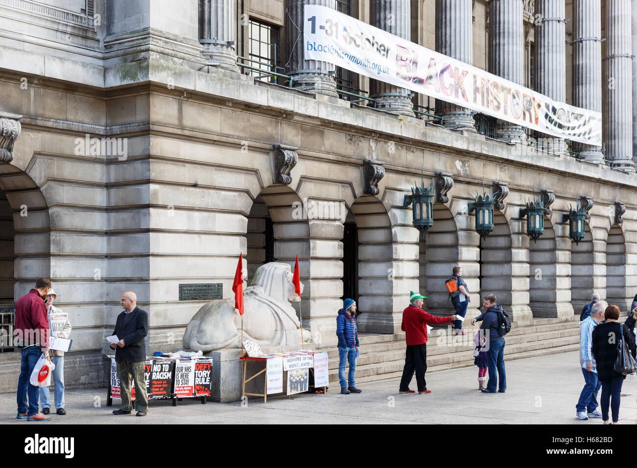 Aktivisten Flugblätter im Namen der Socialist Worker austeilen. In Nottingham, England. Stockbild