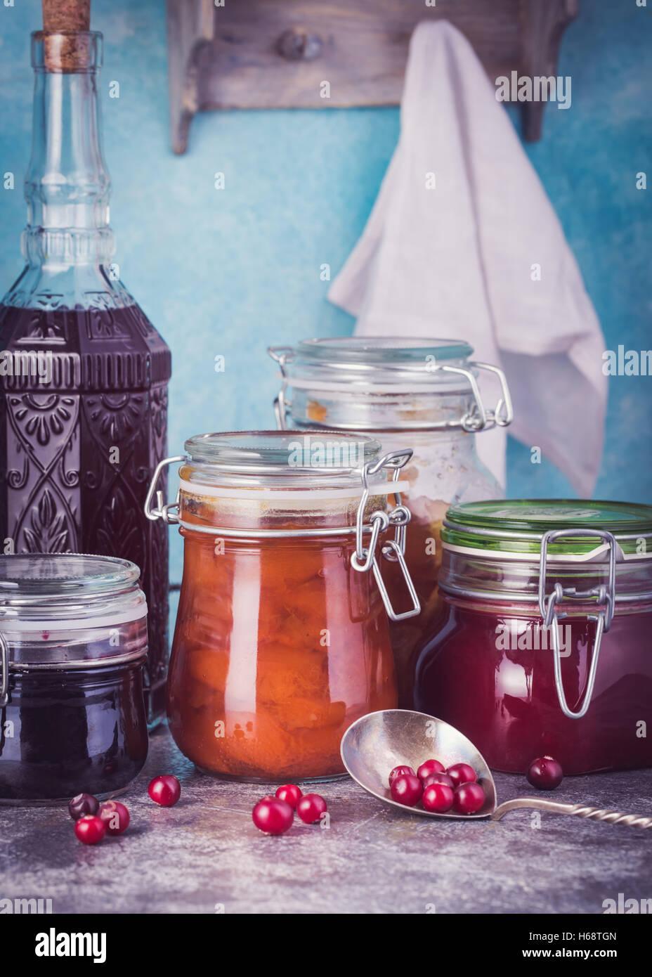 Frische verschiedene Gläser mit hausgemachter Marmelade Stockbild
