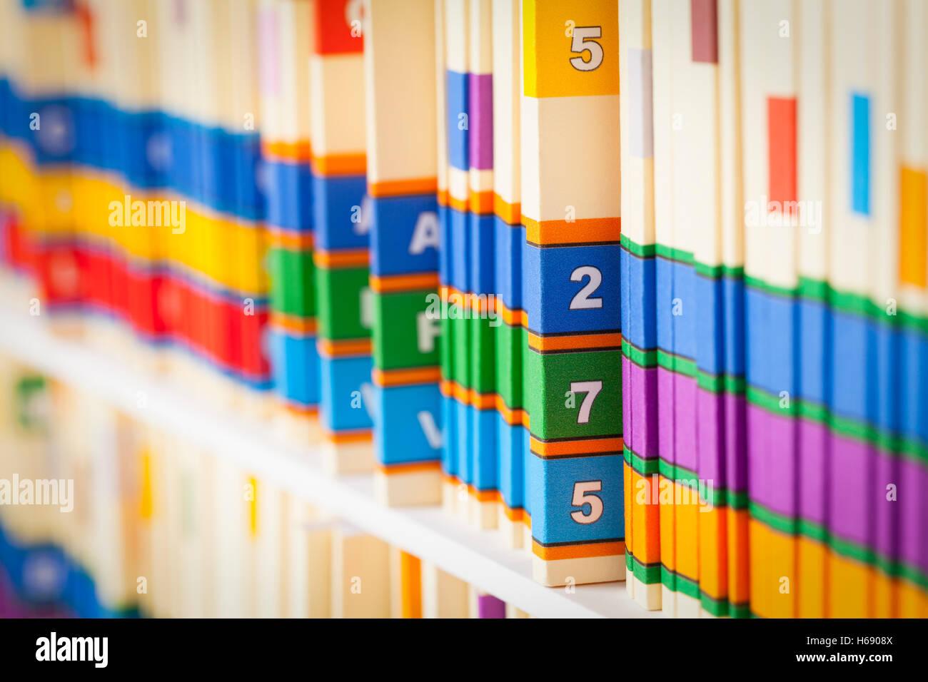 Regal von Patientenakten in Büroumgebung. Stockbild