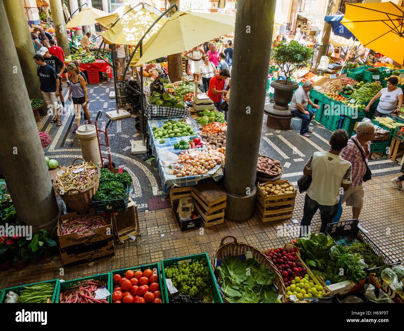 Obst und Gemüse stehen zum Verkauf in der Markthalle von Funchal auf der portugiesischen Insel Madeira Stockbild