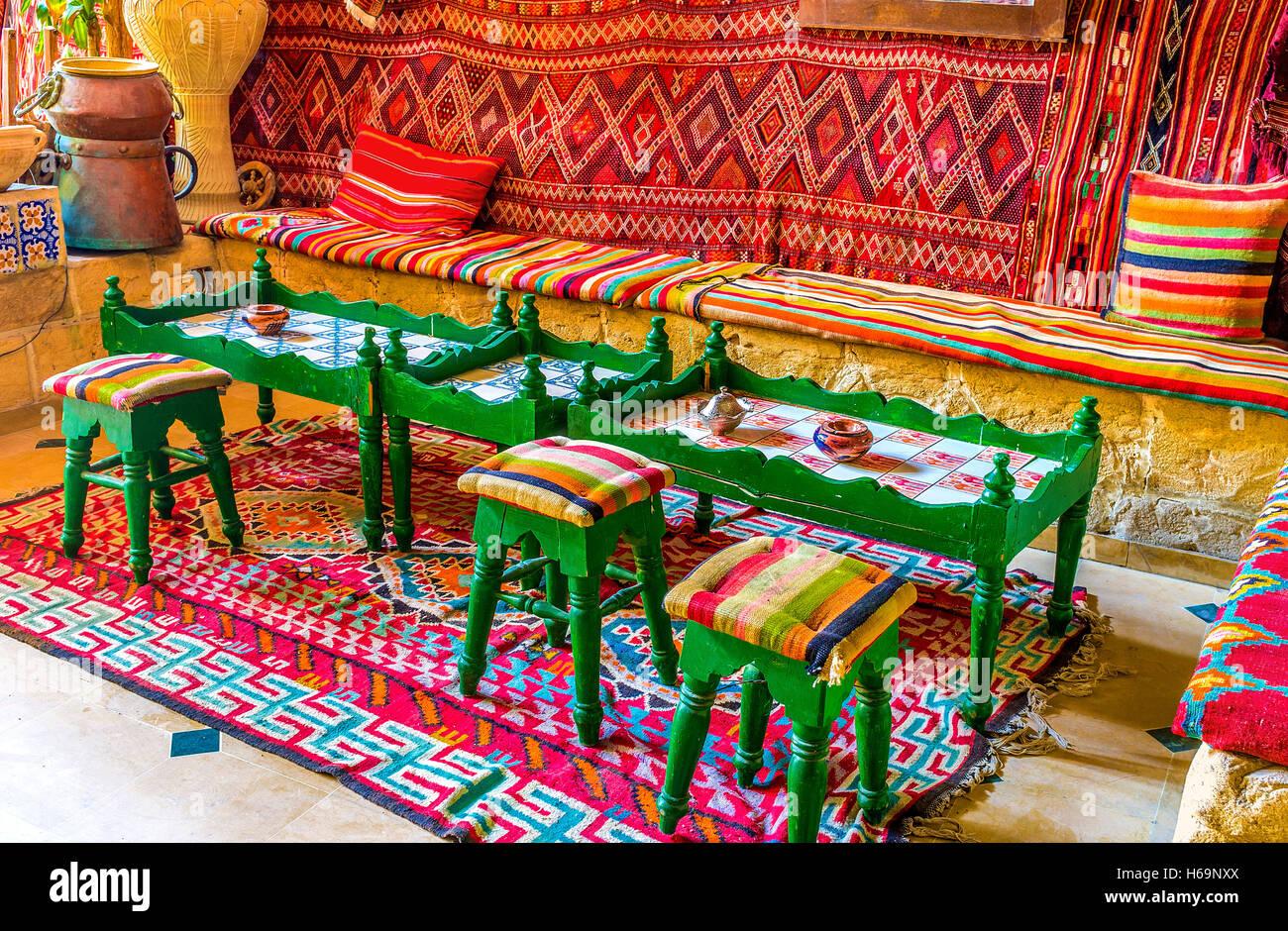 Jedes arabische Restaurant ist auch ein Teehaus, so es große Tabellen für Essen und kleinen zum Tee trinken bietet Stockfoto