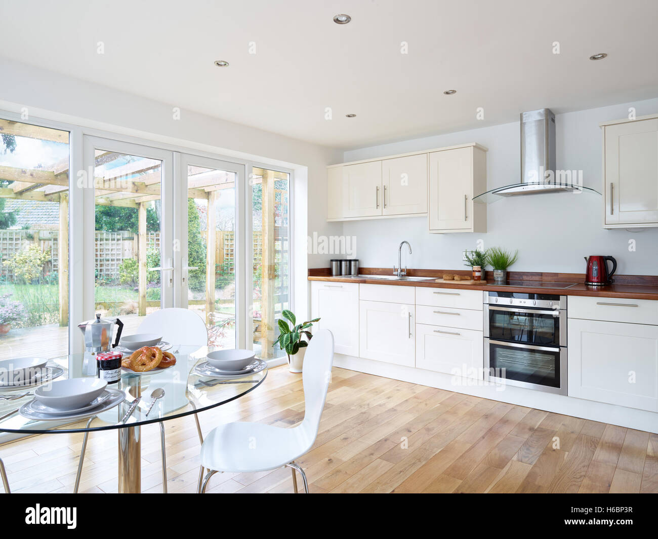 white kitchen granite worktops stockfotos white kitchen granite worktops bilder alamy. Black Bedroom Furniture Sets. Home Design Ideas