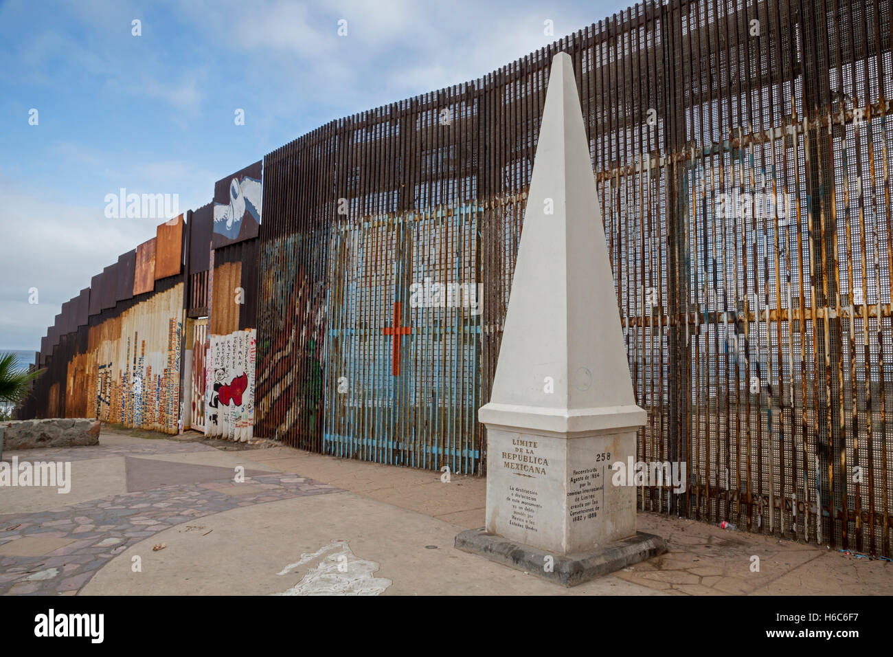 Tijuana, Mexiko - eine internationale Grenze Marker entlang der US-mexikanischen Grenzzaun in der Nähe des Stockbild