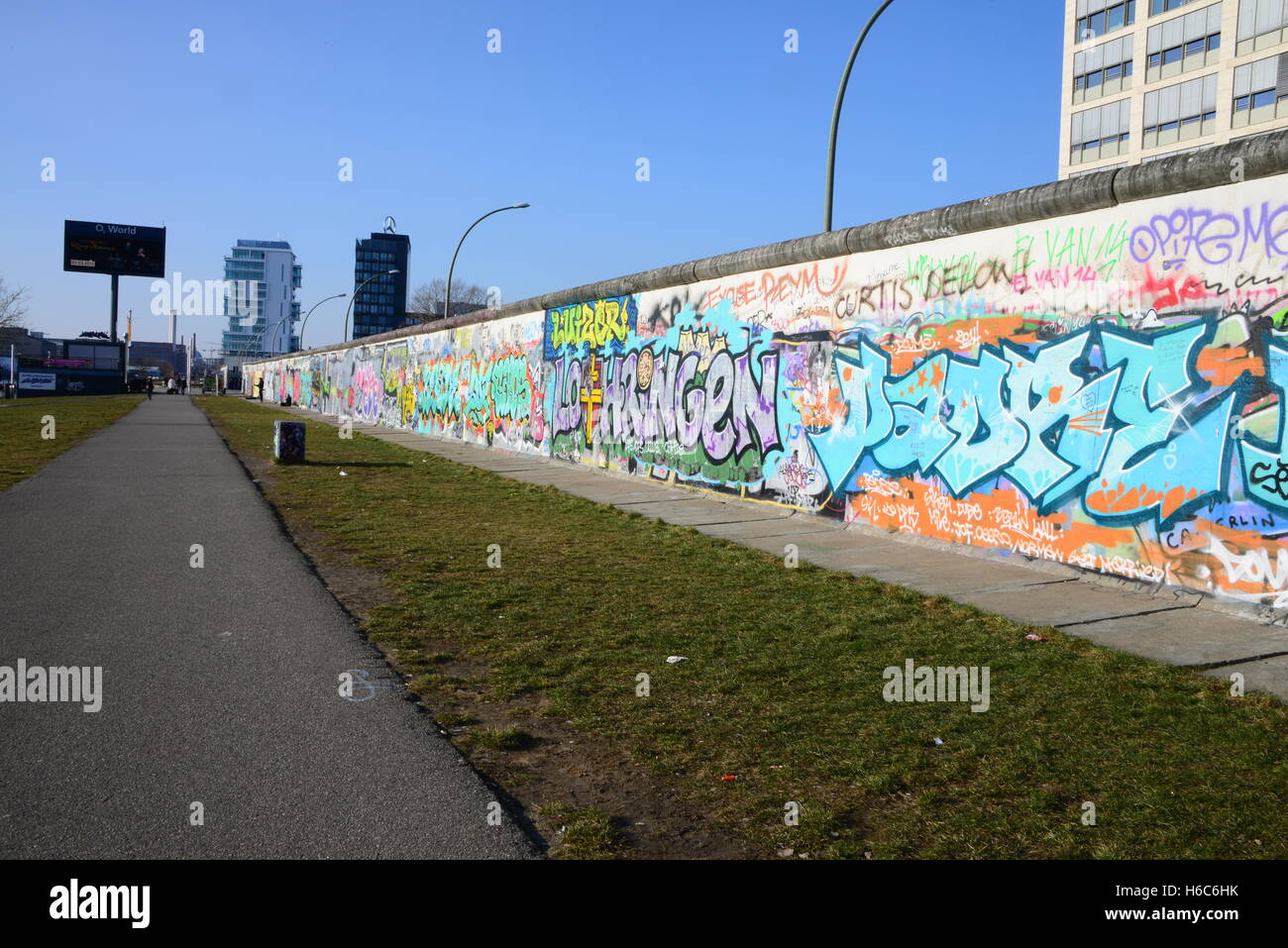 Teil der Berliner Mauer, mit politischen und anderen Graffitis und Illustrationen Stockbild