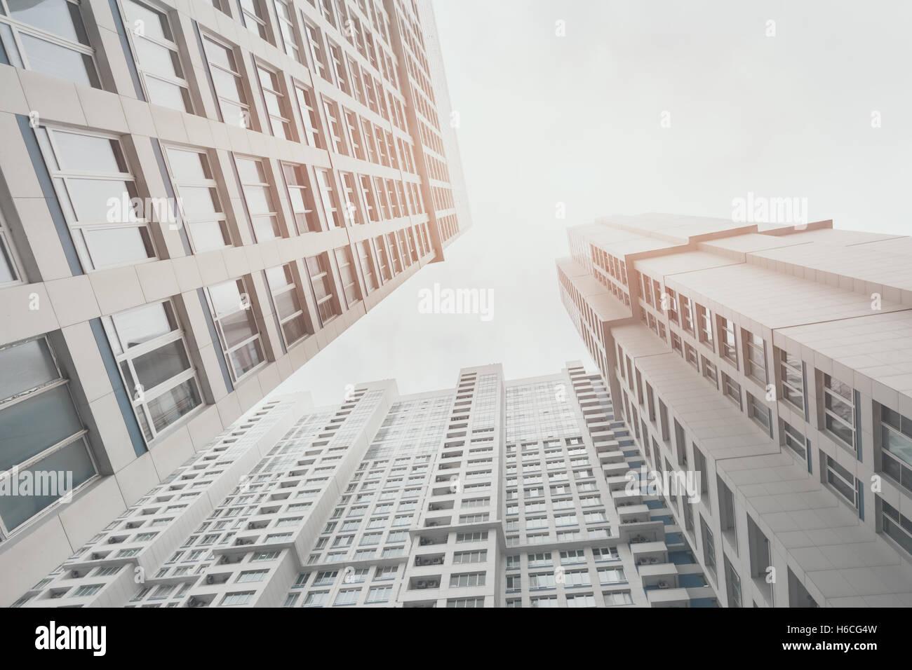 Zeitgenössische weiße und graue Wohn-Hochhaus Wohnhaus in Moskau an ...