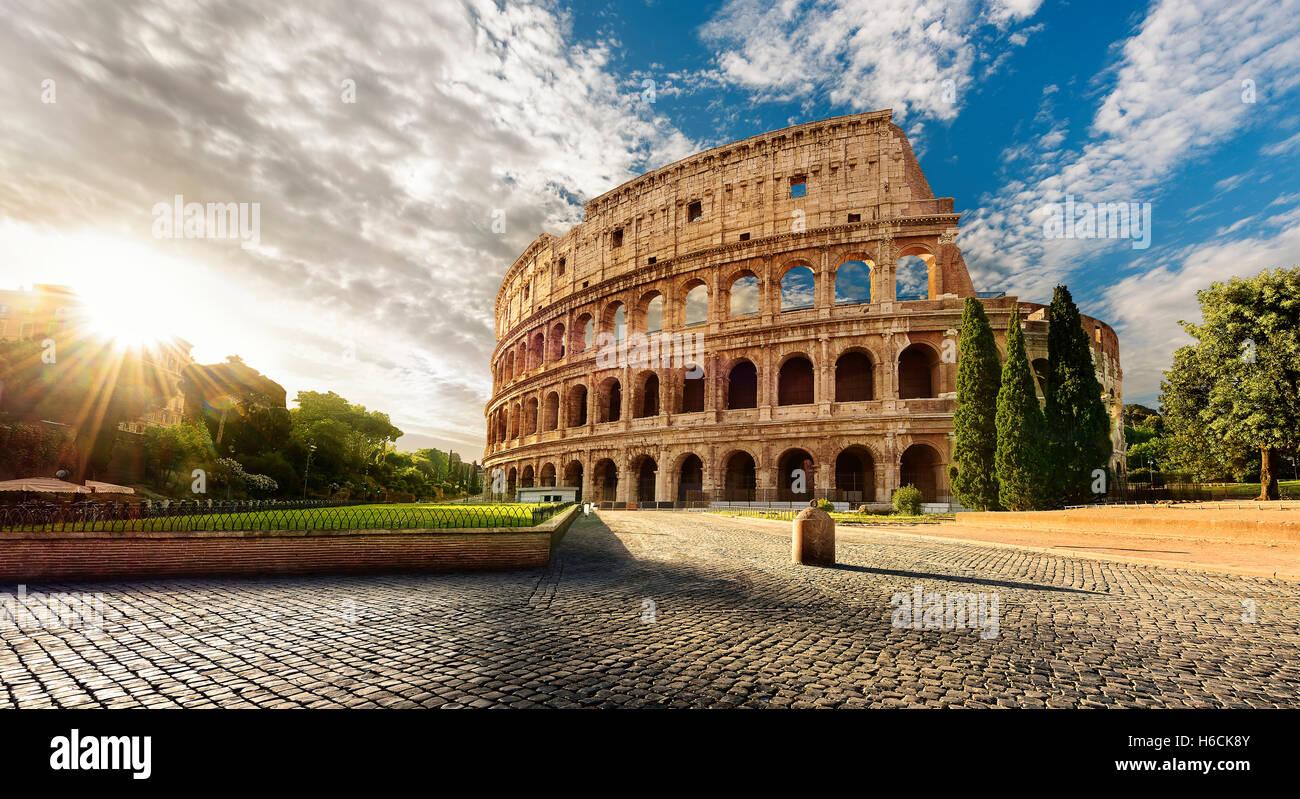 Kolosseum in Rom und morgen Sonne, Italien Stockbild