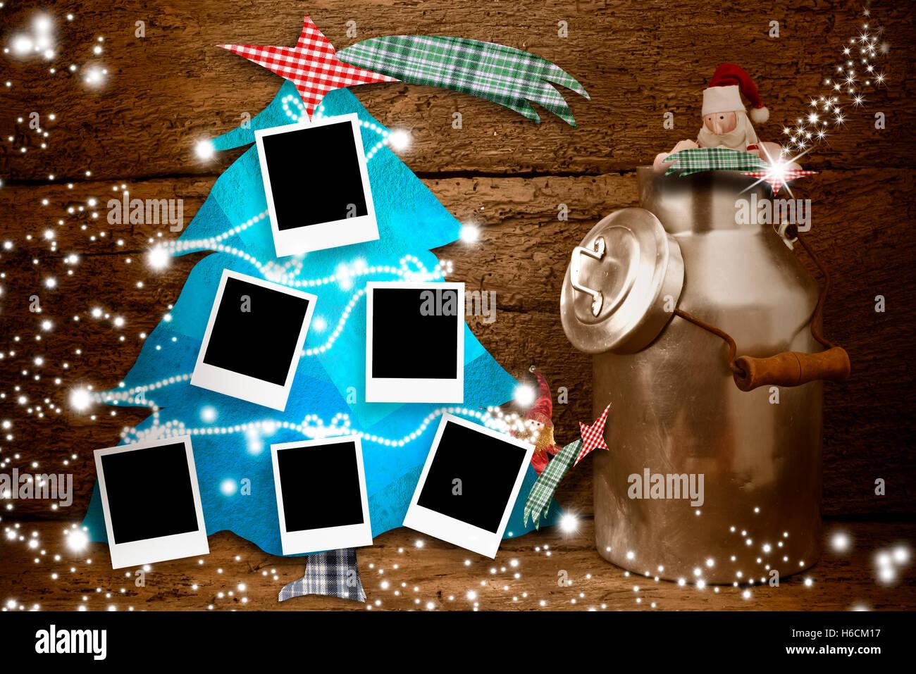 Sechs leere Bilderrahmen hängen an einem Weihnachtsbaum und lustige ...
