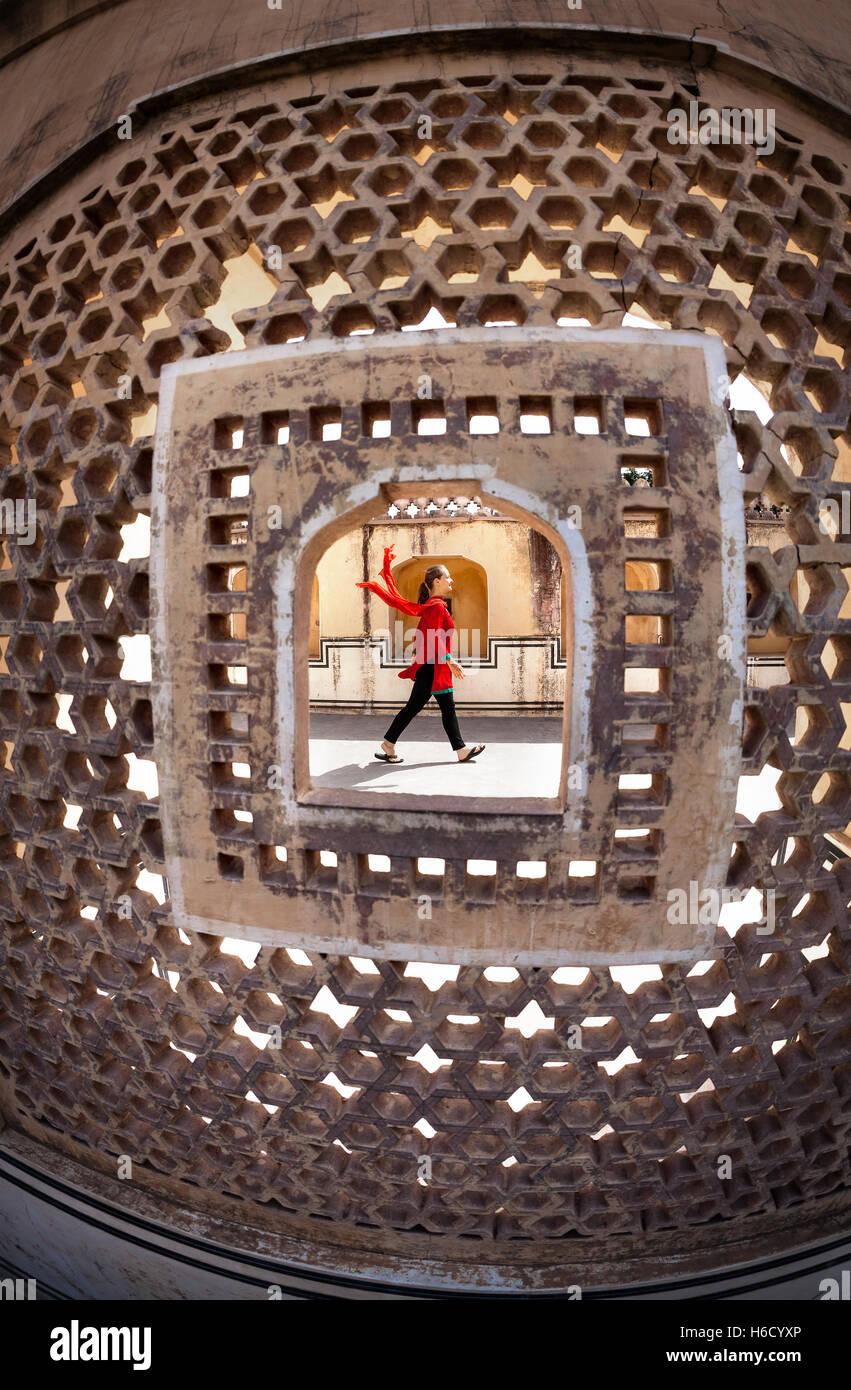 Frau mit Kopftuch in zu Fuß in den Palast Hawa Mahal, Rajasthan, Indien Stockbild
