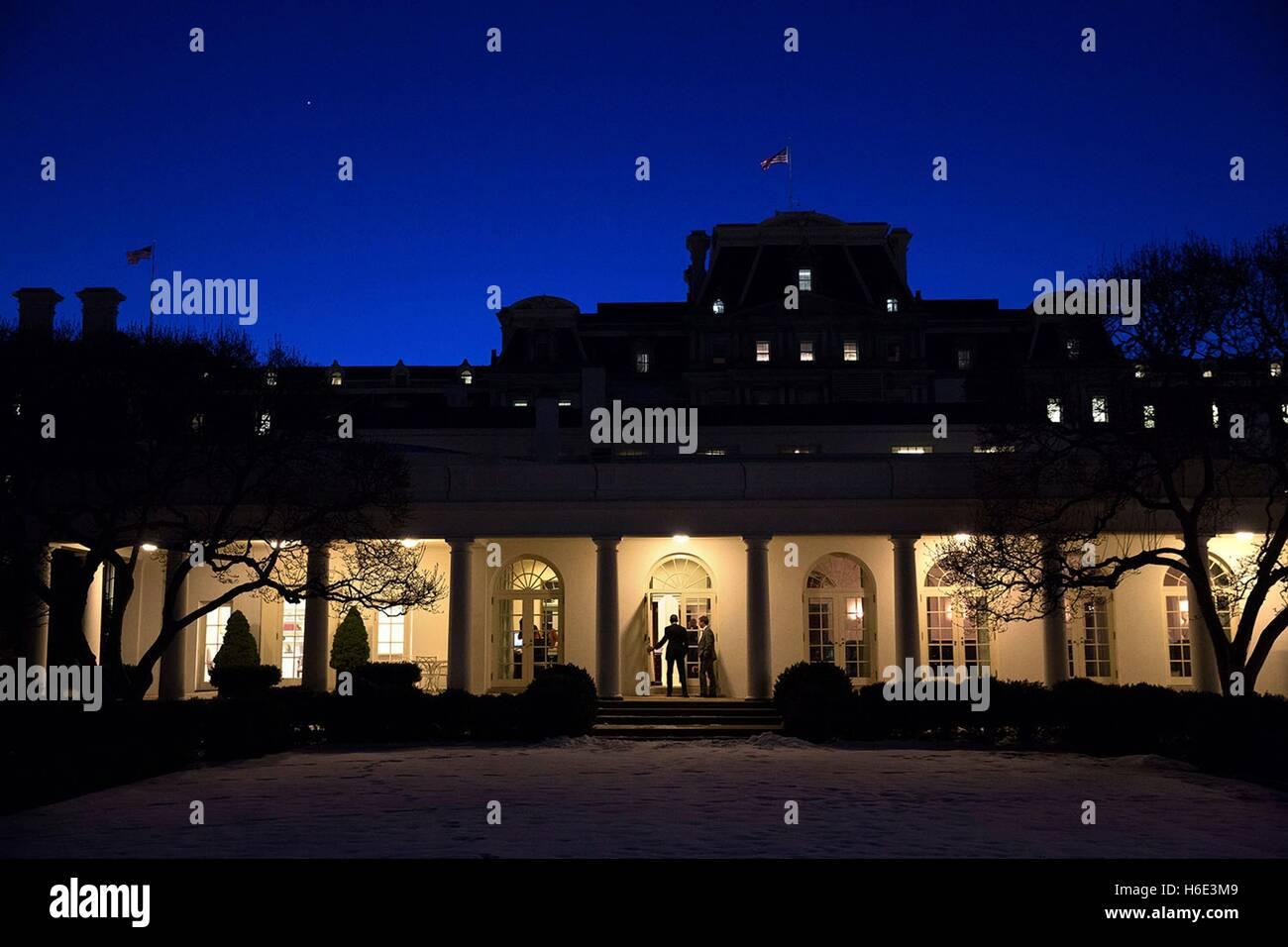 US-Präsident Barack Obama Spaziergänge entlang der Kolonnade in der Nacht Weg zum weißen Haus äußeren Stockbild