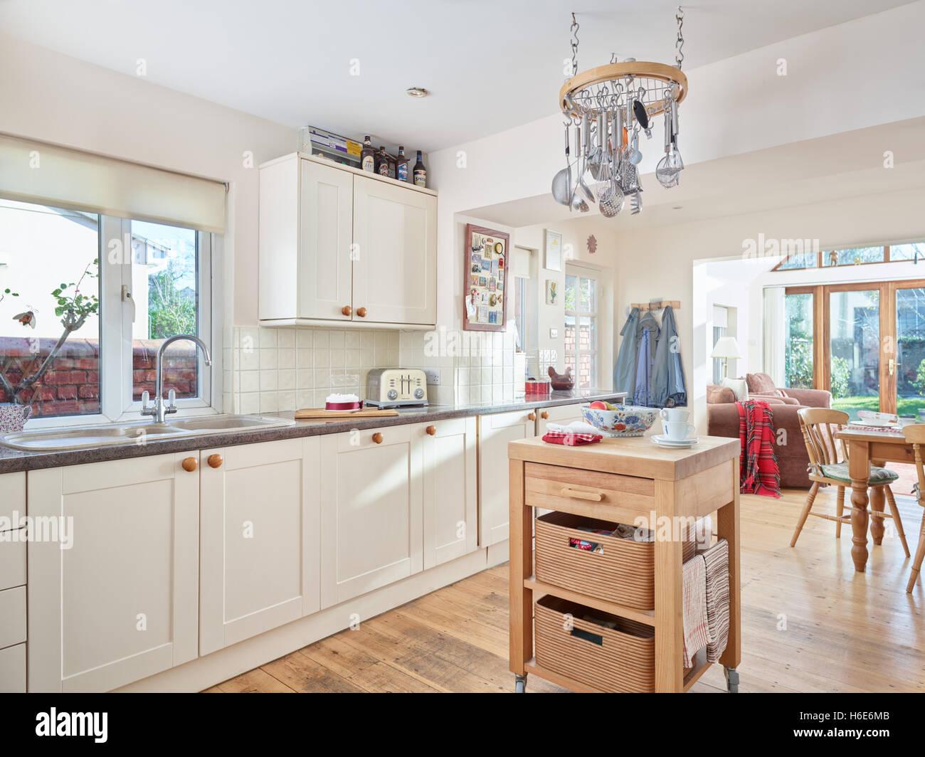 Eine moderne, frische Küche mit integriertem Backofen, Herd, Haube ...