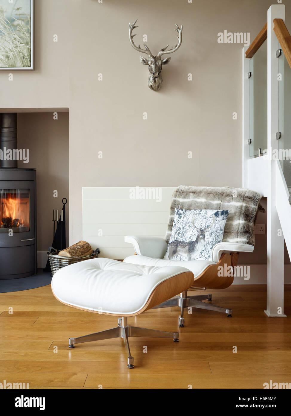 Eine Ikonische Eames Style Leder Sessel U0026 Hocker In Einem Komfortablen  Wohnzimmer Mit Holzofen Stockbild