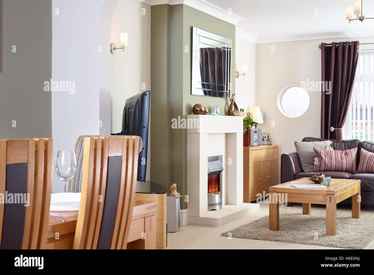 Ein Offenes Wohnzimmer Esszimmer Mit Kamin Elektrische Feuer In Einem Modernisierten Uk Home Stockfotografie Alamy