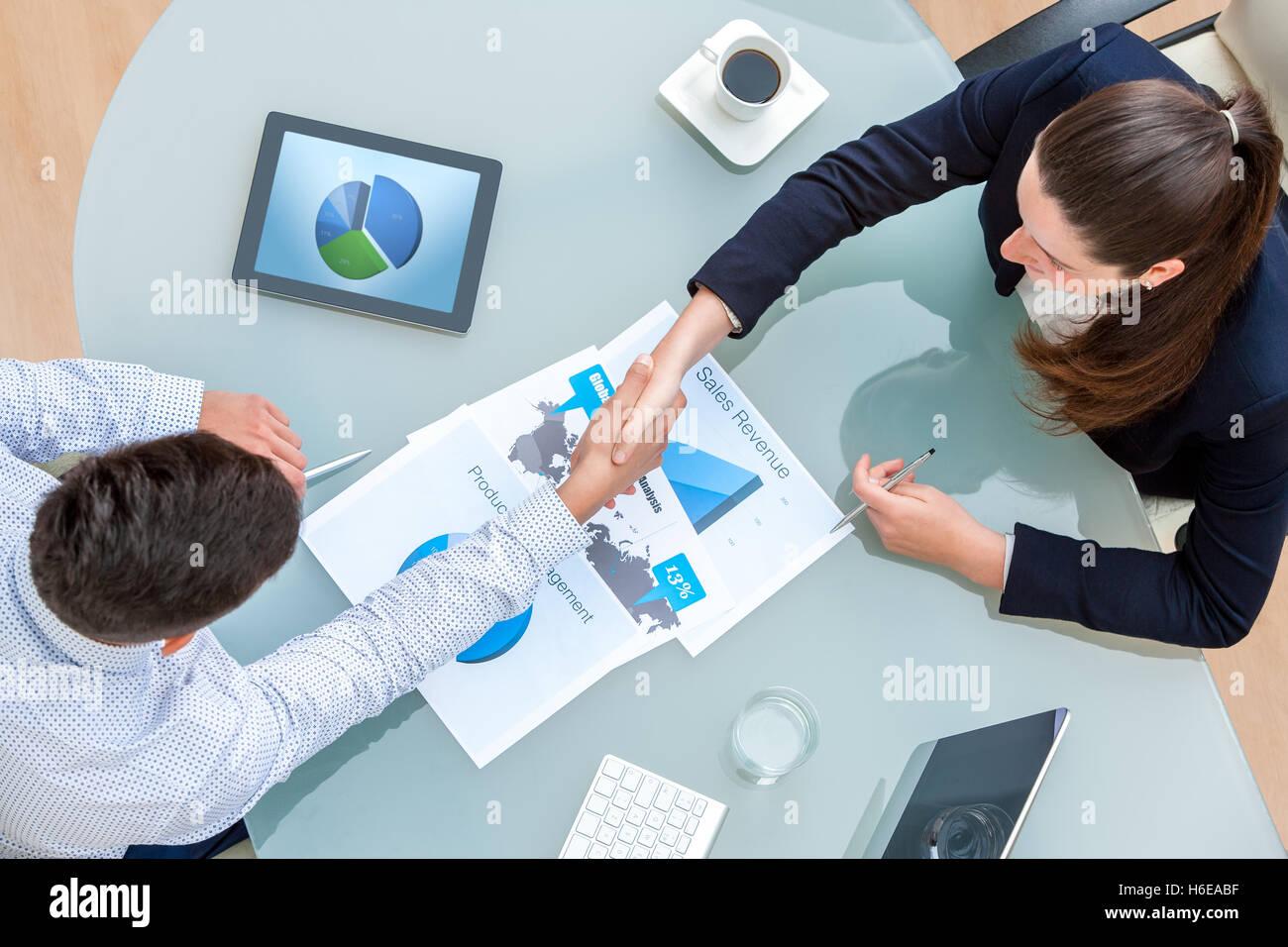 Draufsicht der jungen Geschäftspartner Händeschütteln auf viel am ...