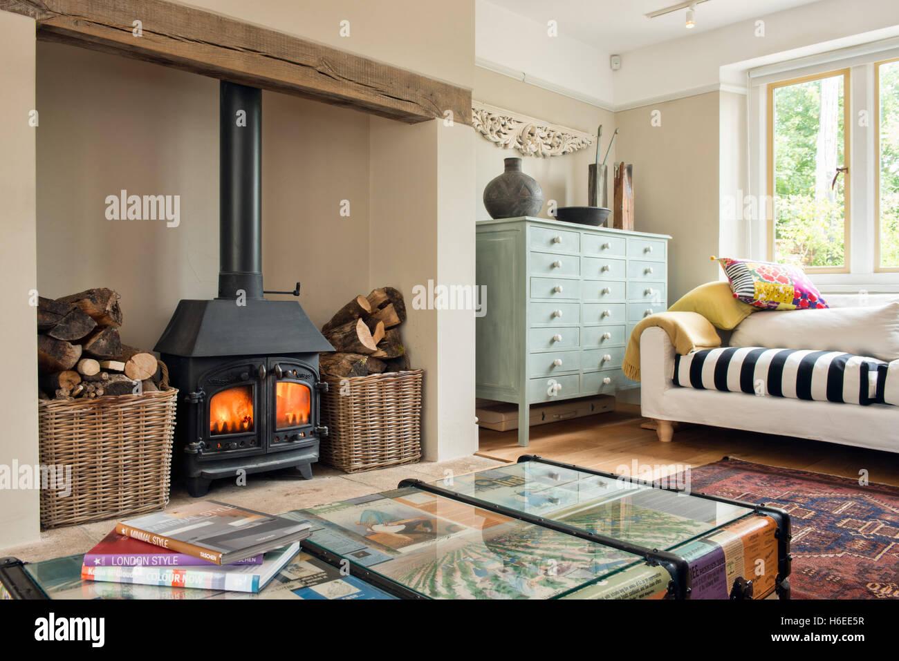 Eine Elegante, Farbenfrohe Wohnzimmer Mit Holzofen Und Möbel Aus  Und  Wieder Eingeschaltet