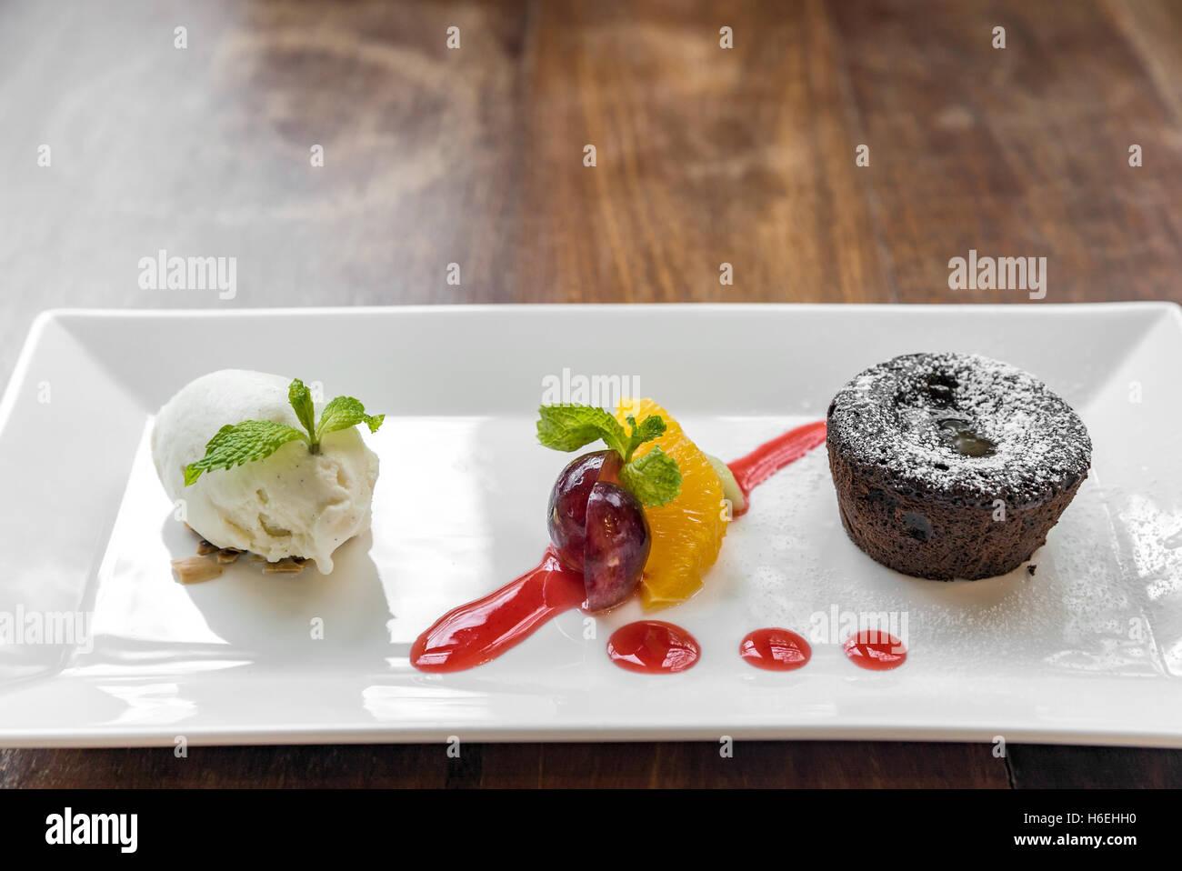 schokoladen fondant lava kuchen mit eis und frischen fr chten stockfoto bild 124481644 alamy. Black Bedroom Furniture Sets. Home Design Ideas